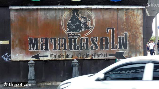 Srinakarin Rot Fai Market