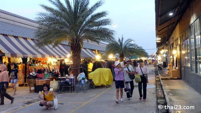 Bummeln auf dem Rot Fai Market
