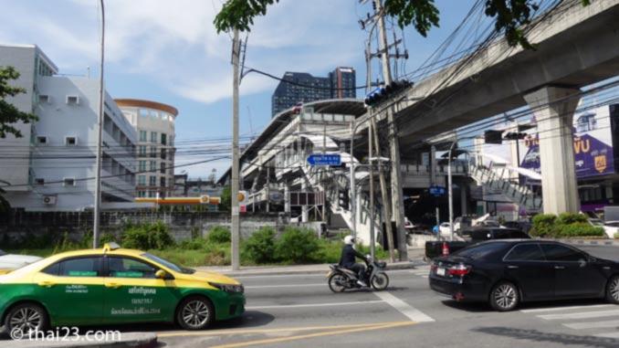 Blick auf die BTS Station Bang Chak