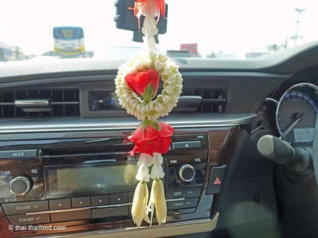 Blumen am Innenspiegel des Autos